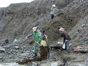 Кайло, лопата, лоток и простенький мини промприбор.