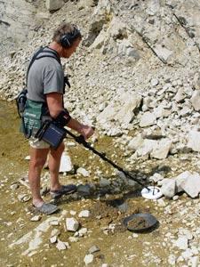 Оператор (или геолог) водит над почвой антенной металлодетектора (рис.1).