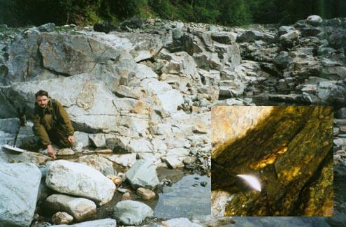 17-граммовый самородок, который находился в щели каменной плиты, на поверхности торчала лишь тончайшая полоска золота.